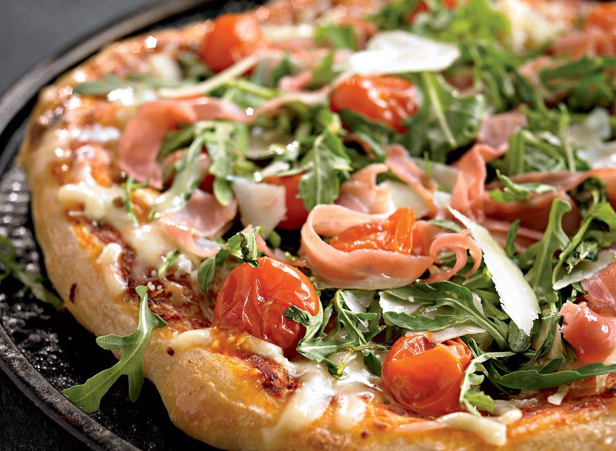 healthy-pizza-arugula-cherry-tomatoes-prosciutto